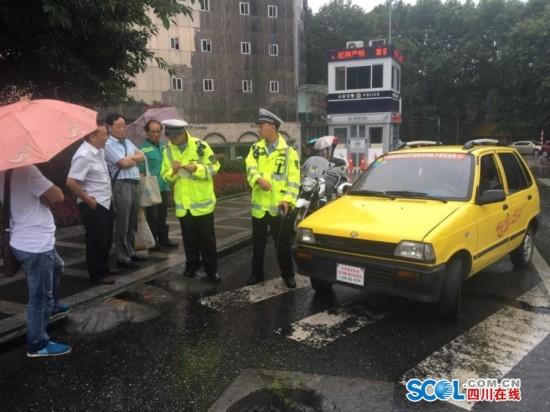 江南奥拓变身老年车 驾驶员将面临行拘及千元罚款