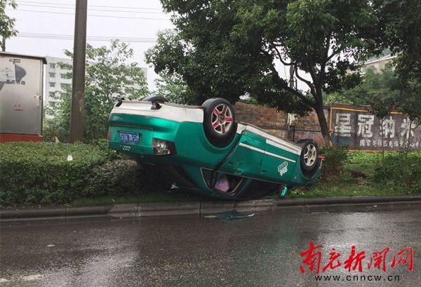 司机去哪儿了 奥迪车四脚朝天躺在绿化带