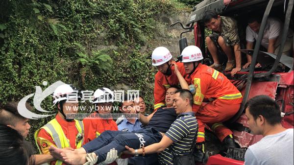 货车司机追尾被困夹缝中 宜宾消防官兵成功救援