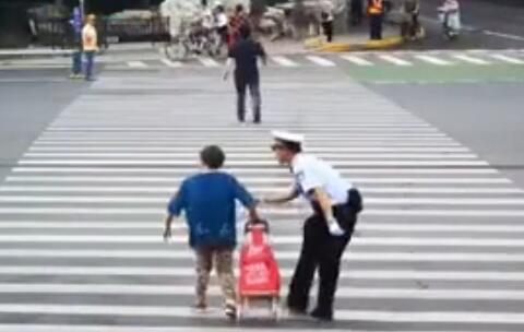老人强行闯红灯过马路 蜀黍弯腰90°劝说