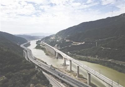 2017年9月28日,西成高铁即将投入运营,四川新建的4个站已经准备完毕。图为位于广元的西成高铁嘉陵江特大桥