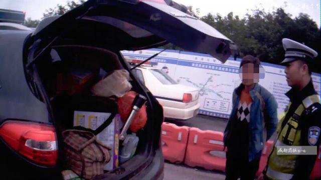 从云南前往河南务工为节省路费 超员老人被塞后备箱