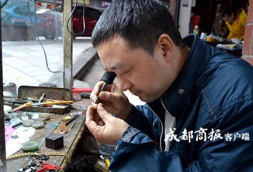 内江修表匠坚守30多年 在城里买房还供出两个大学生