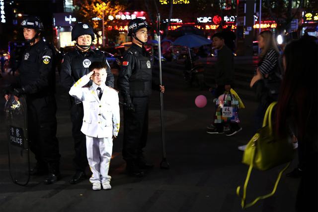 萌童闯入特警队列合影被劝离 警方寻找失望的他重拍