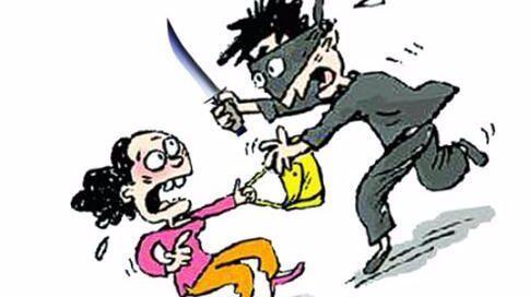 小伙帮邻居灭火 见女子独自在家拿匕首返回抢劫