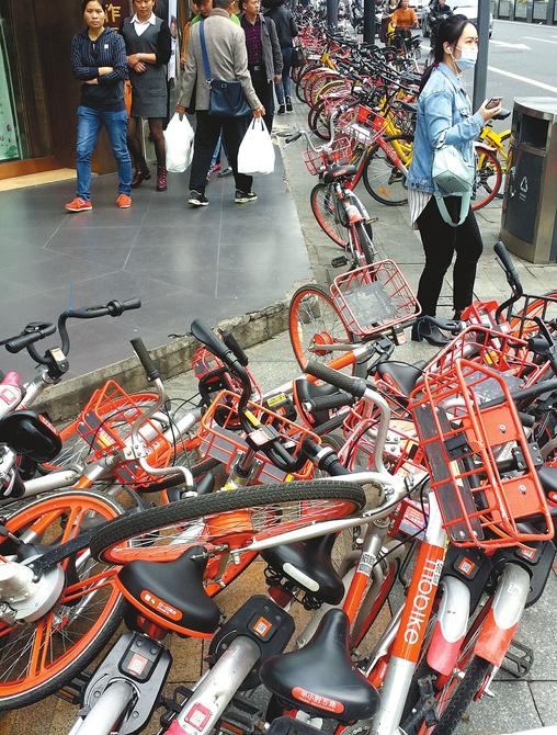 成都红星路二段,路边停放的共享单车让人举步维艰。