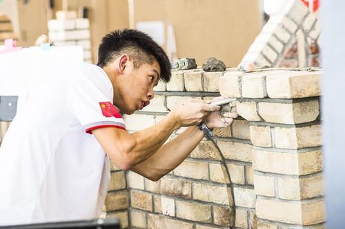 19岁中国小伙搬砖砌墙成世界冠军 曾自嘲搬砖的