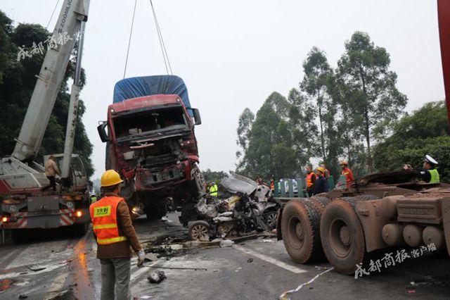 成乐高速货车撞断天桥交通中断 3车相撞致5人死亡
