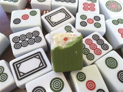 男子打麻将出千被捅伤 在每张牌里安装芯片