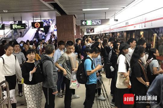 成都地铁春熙路站上演人从众叕流量大片