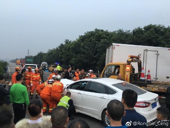 成乐高速上货车驶入对向车道撞小车致4死