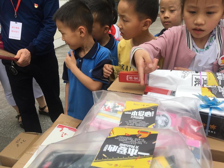 一本爱心第一批爱心文具包送到学校
