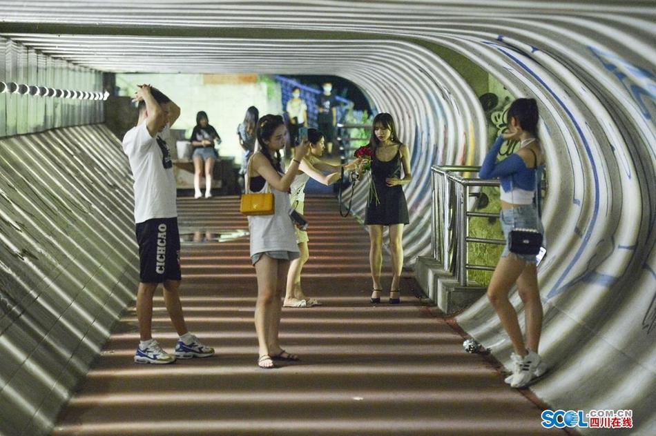 成都建设桥光影隧道 成小众拍照地