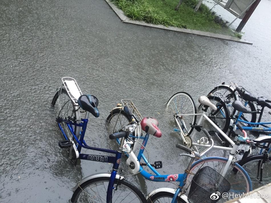 成都市开启暴雨模式 市民注意出行