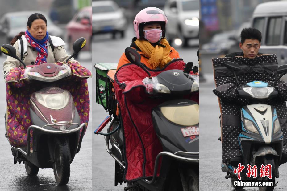 新一轮寒潮席卷中国各地 成都市民全副捂装出行