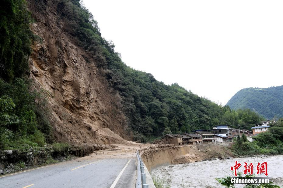 四川阿坝已抢通多处泥石流损毁公路