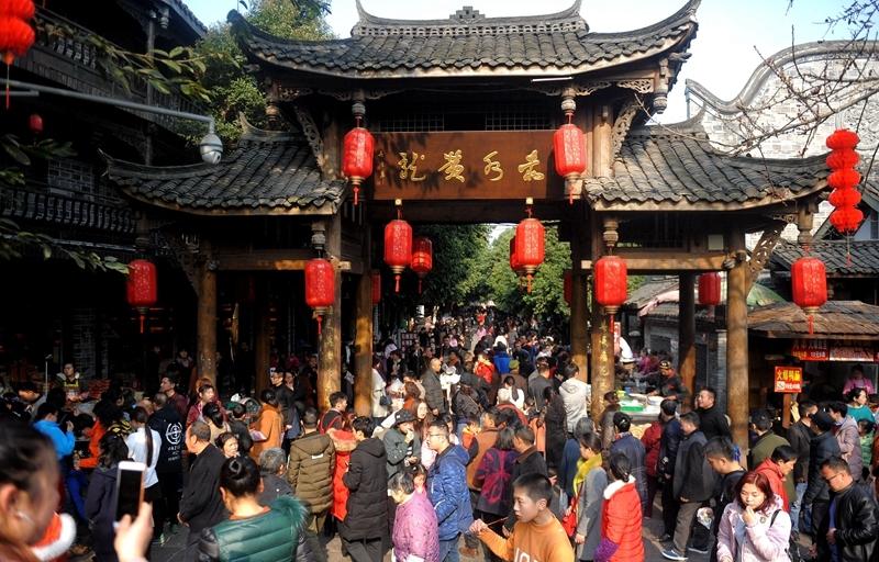 春节大假黄龙溪古镇人气旺 到处都是人挤人