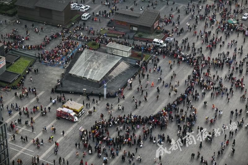 新年首日 成都春熙路地铁站排长龙 犹如贪吃蛇