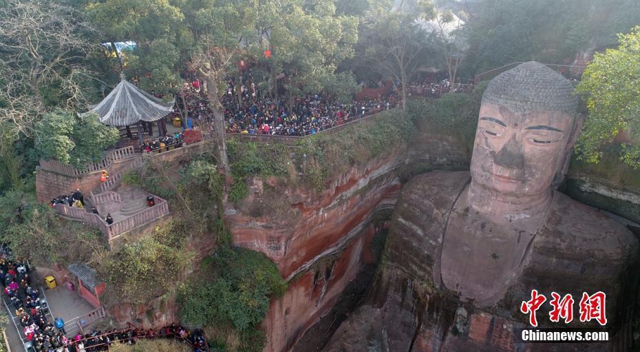 乐山上万游客排队4小时观大佛真容