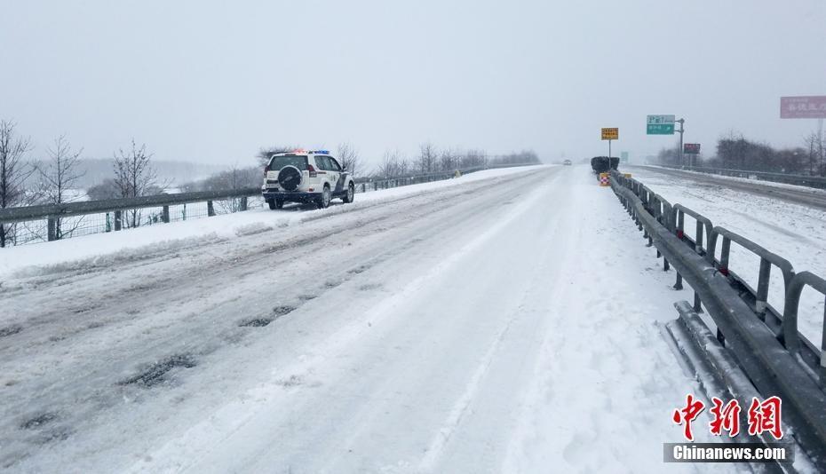 四川甘孜凉山等地出现降雪道路通行受阻