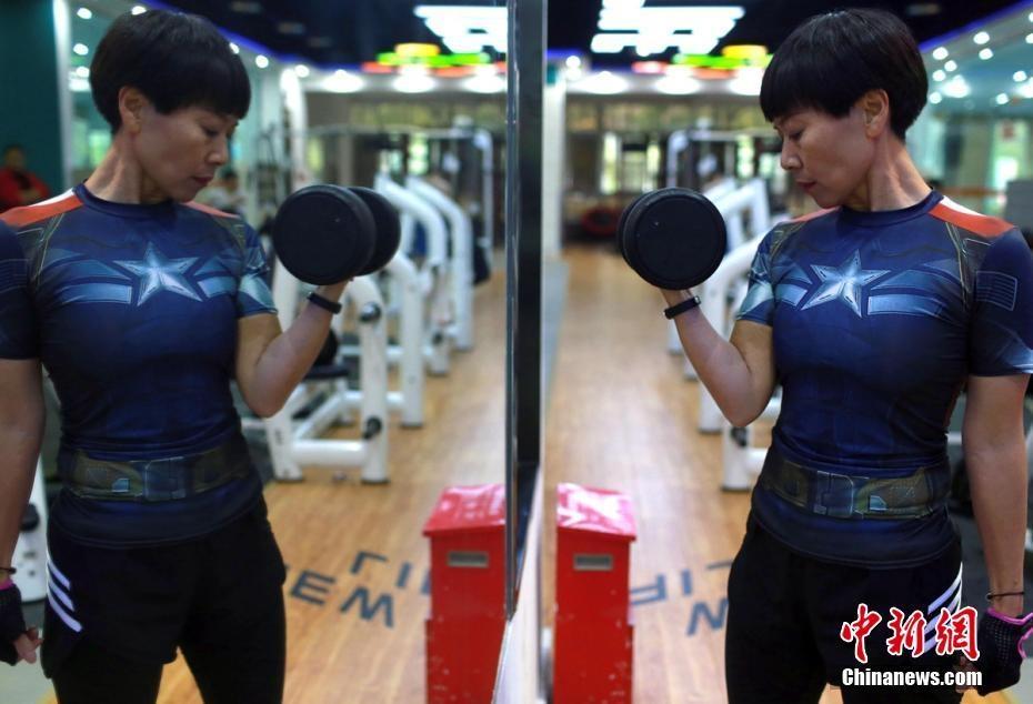 为照顾瘫痪姐姐 自贡52岁阿姨狂锻炼成健身达人