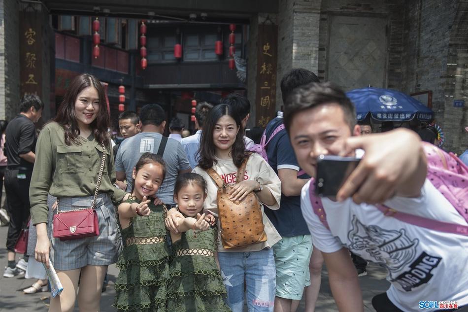 五一小长假首日 成都锦里景区游人如织