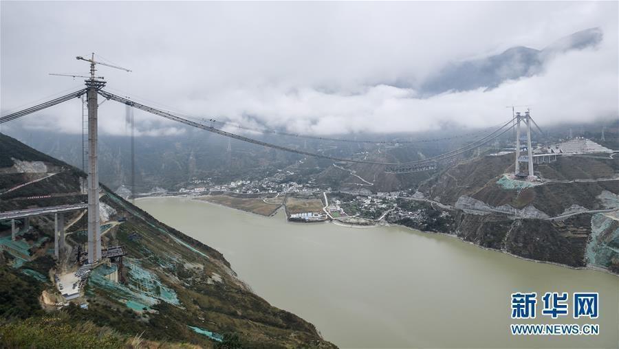 川藏第一桥正在建设 全长超千米横跨云间
