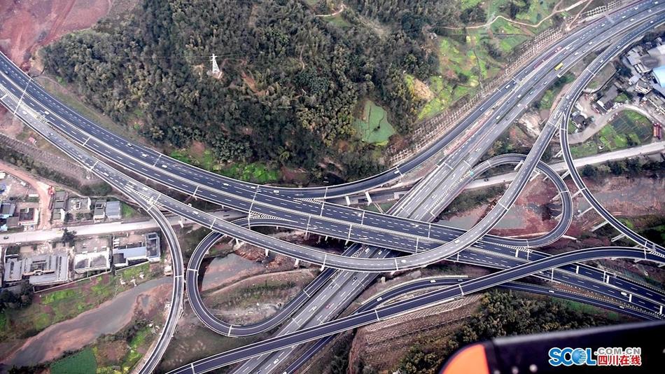 航拍雅康高速首个春运 车流正常通行有序