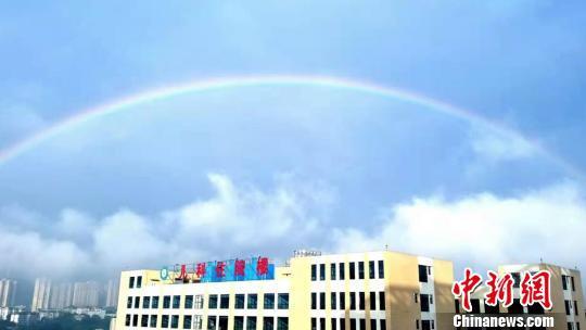 暴雨过后 四川自贡天空现美丽完整彩虹