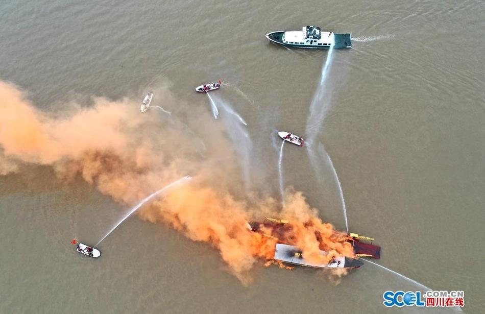 孤岛救援、编队行进……直击2020四川消防抗洪抢险演练
