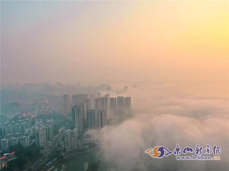 清晨日出时分 空中俯瞰乐山城区云雾缭绕不一般风景