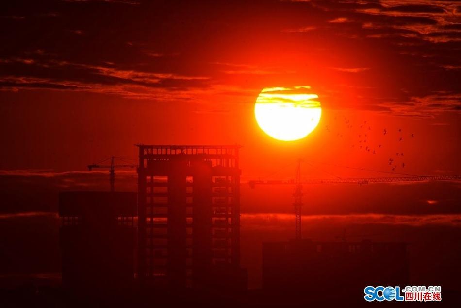 饱眼福 冬日清晨成都市区观玄月 日出和雪山