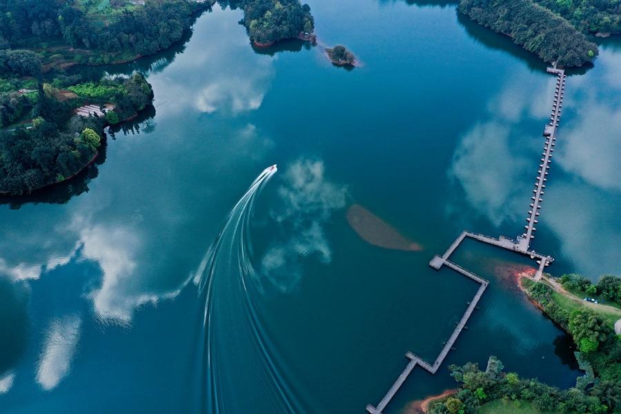 """泸州:湿地公园呈现""""水天一色"""""""