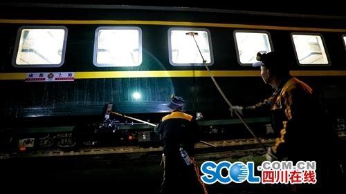 春运 铁道员工日夜兼程保平安
