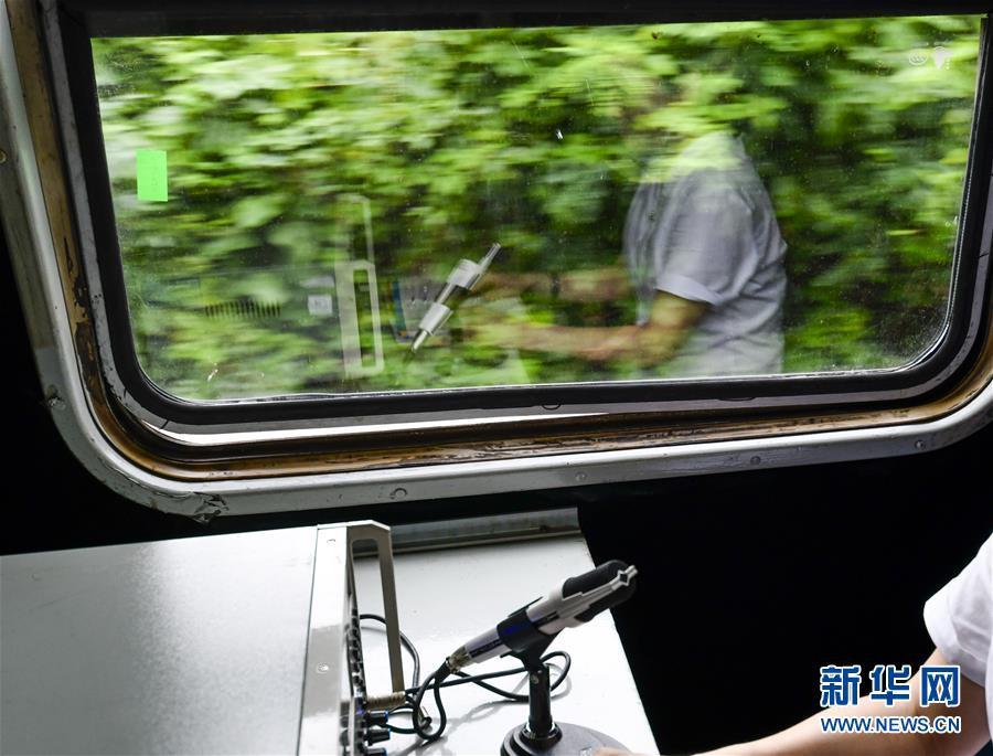 """成渝铁路上的""""绿皮慢车"""":承载时光 感受温情"""