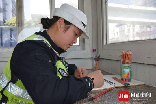 四川90后女交警手绘漫画 讲述执勤小故事宣讲交通安全