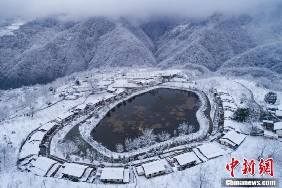四川石棉雪后新村美景如画