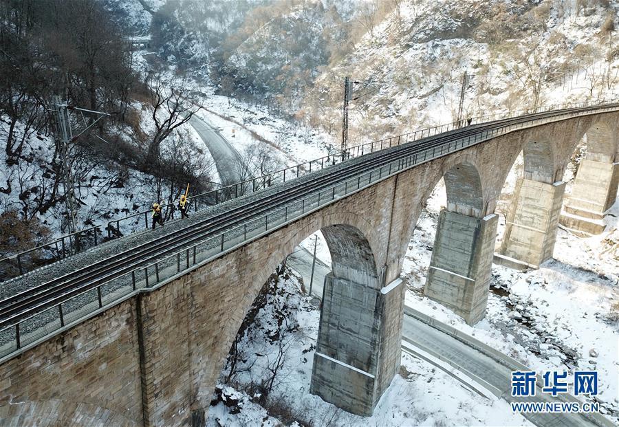 """春运守护者——秦岭深处的""""打冰人"""""""