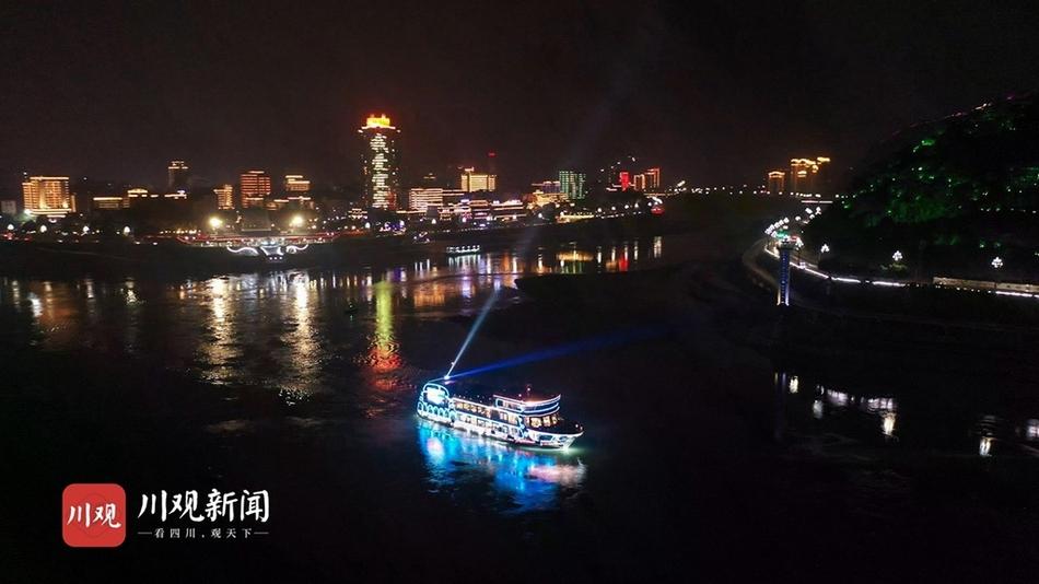宜宾:三江汇合灯光璀璨 尽显城市活力