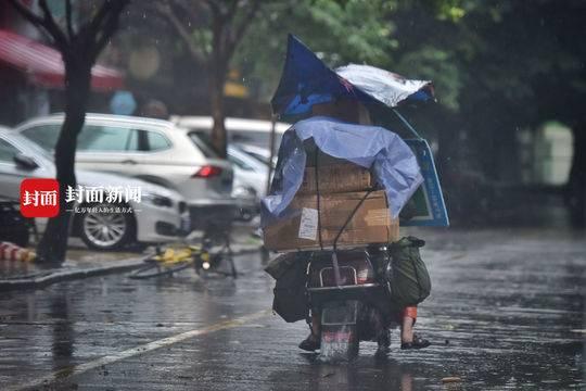 暴雨中 他们在努力前行只为送去那口热饭到你家
