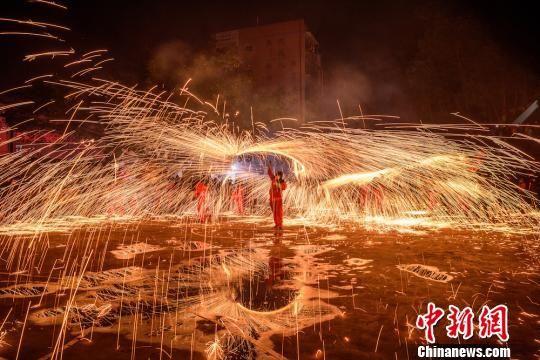 四川叙永:漫天铁水舞火龙 红红火火闹元宵