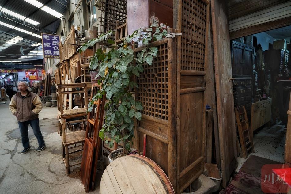 """在成都这个二手市场 """"寻宝""""古旧家具"""