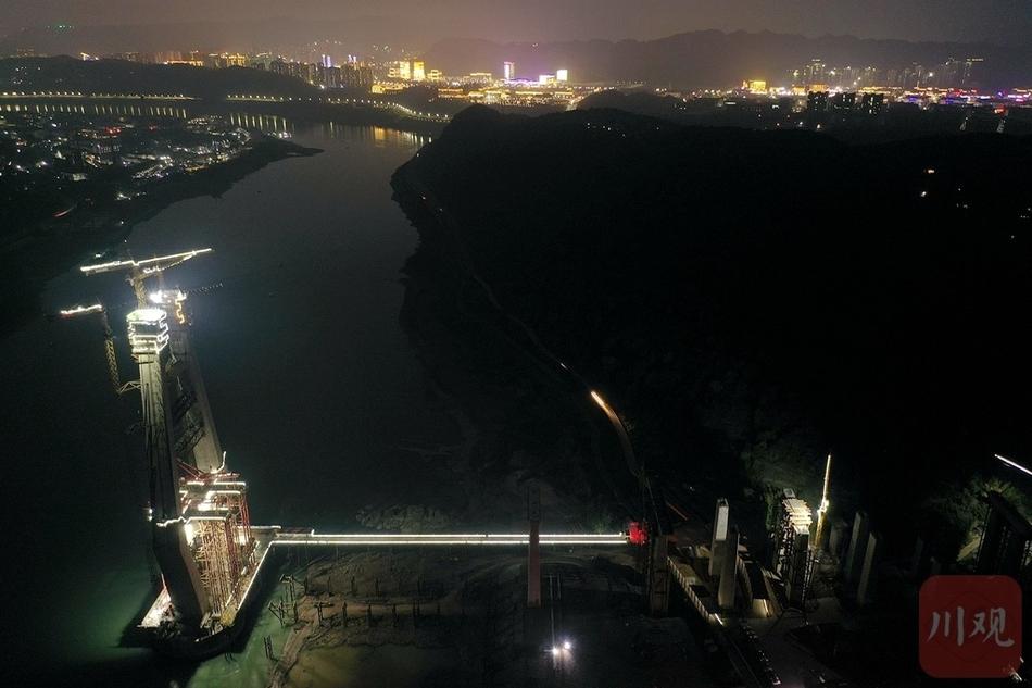 宜宾临港长江大桥挑灯夜战加快建设