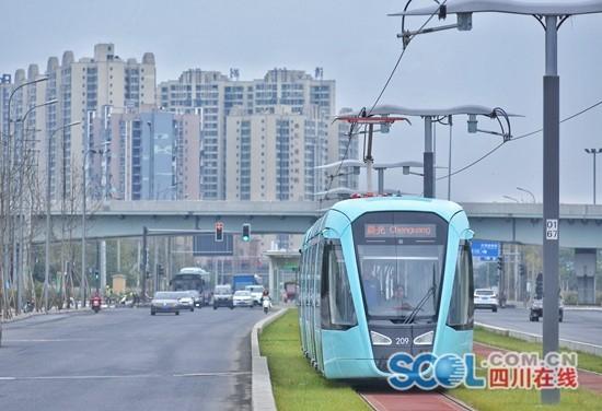 记者体验炫乐彩票有轨电车 违反安全措施的行人机动车还不少