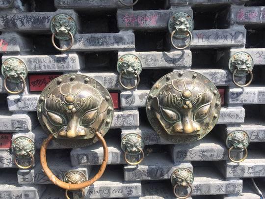 宽窄巷子呼吸瓦墙变游客签到墙 市民调侃:一砖不剩