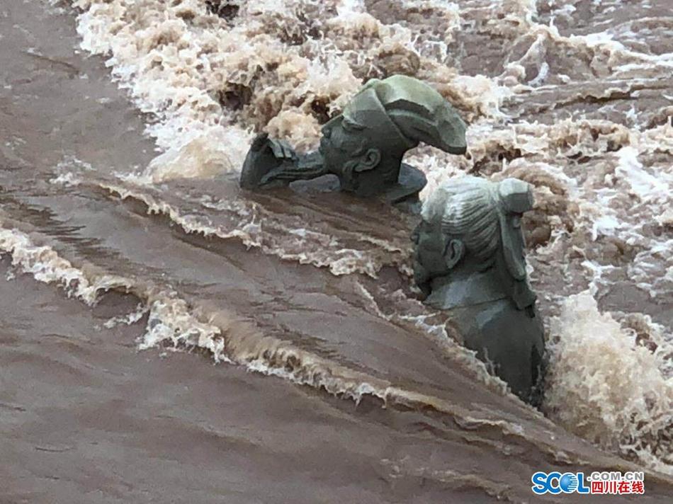 宜宾网红雕塑苏轼、黄庭坚遇洪峰再次被淹