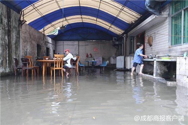 暴雨来袭 成都蛟龙港双流园区部分工厂被水淹
