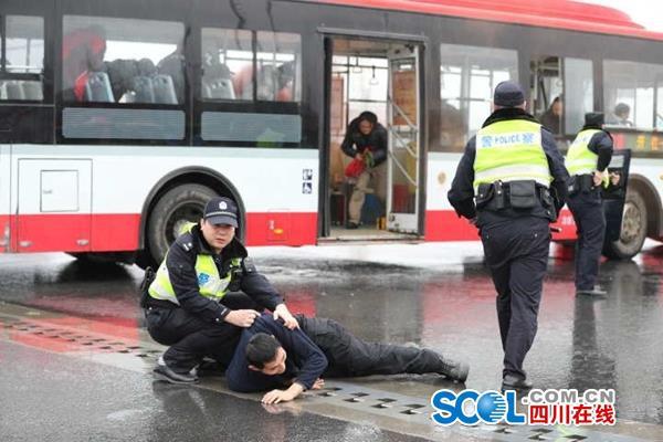 超燃视频!炫乐彩票街头实战处突大片解救被劫人质