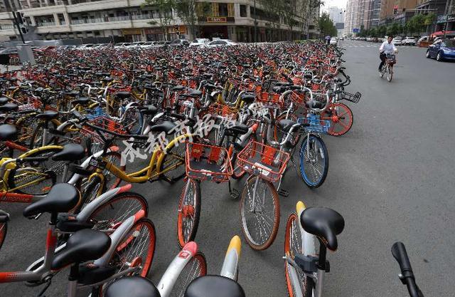 成都共享单车半年超百万辆 乱停放
