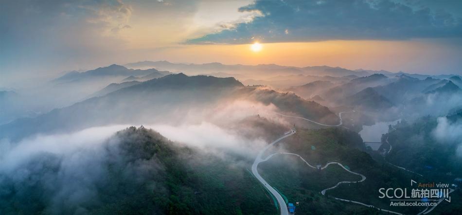 云雾笼罩的山峰女主